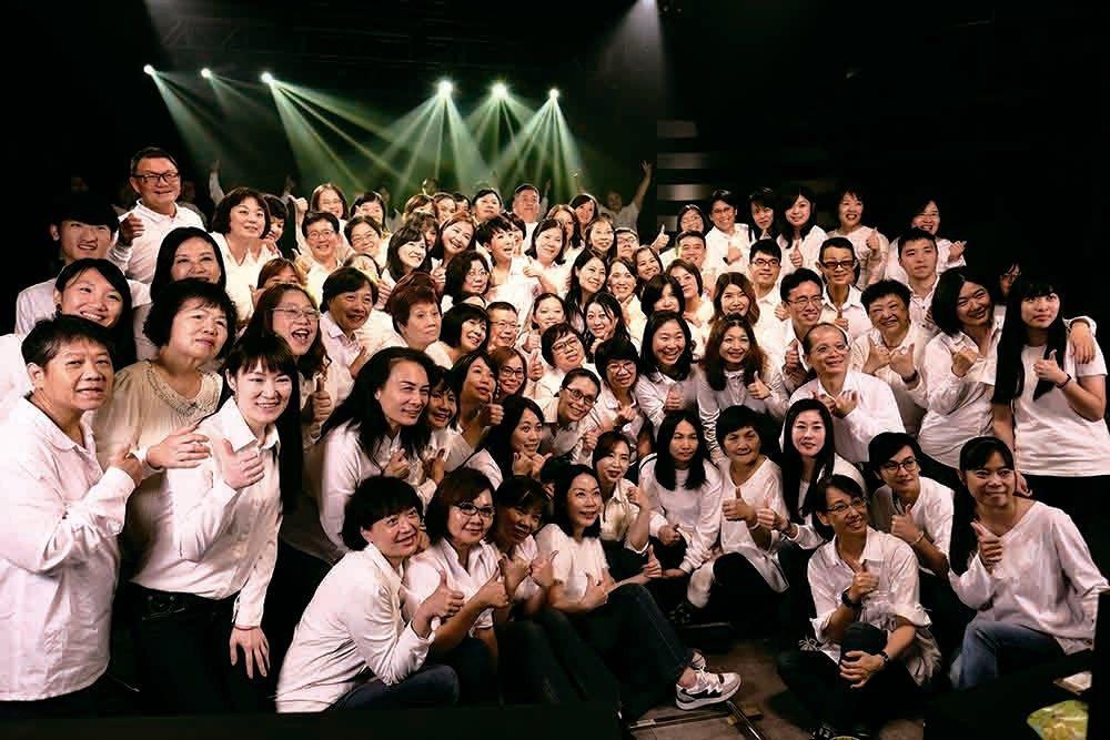任教多年,周思潔拍攝新歌「傻傻的花」MV,逾百名學生入鏡相挺。圖/萊格悠提供
