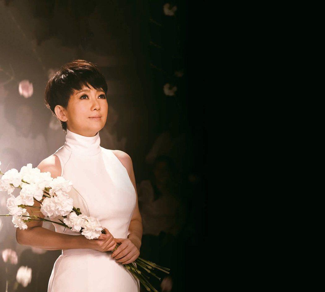 周思潔一身純白拍新歌「傻傻的花」MV,化身堅忍小百合。圖/萊格悠提供