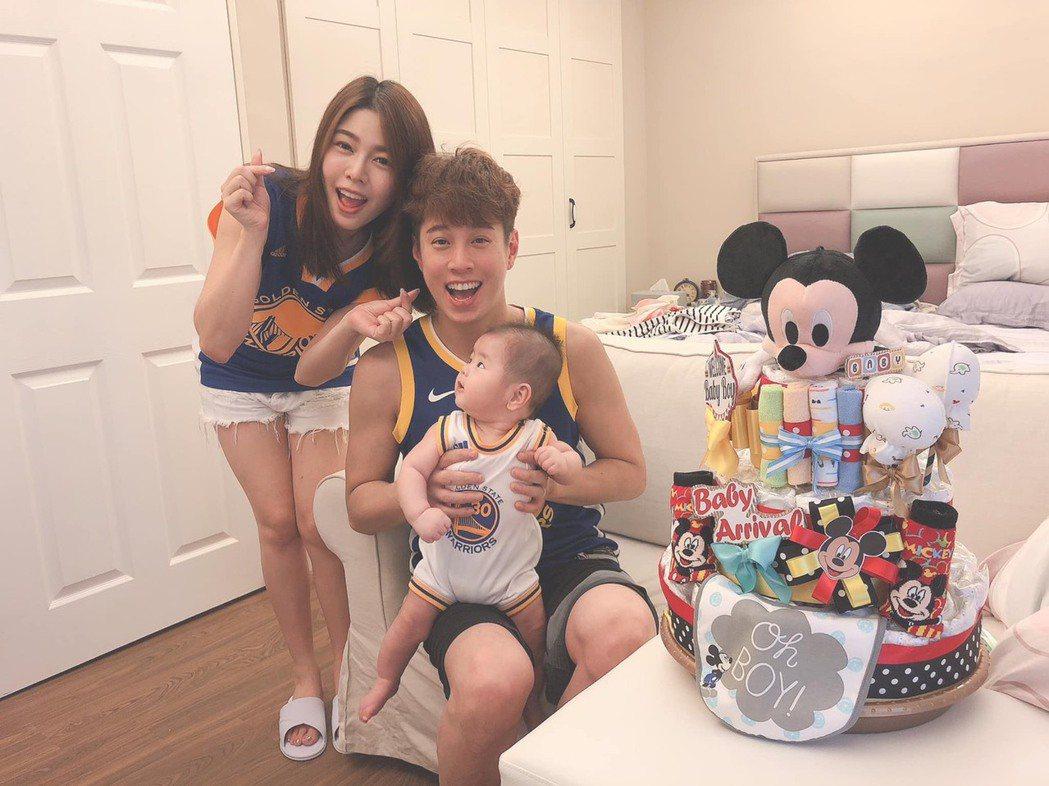 白家綺(左起)和老公吳東諺抱著兒子「肚臍」(斗仔),一家超幸福。圖/摘自臉書