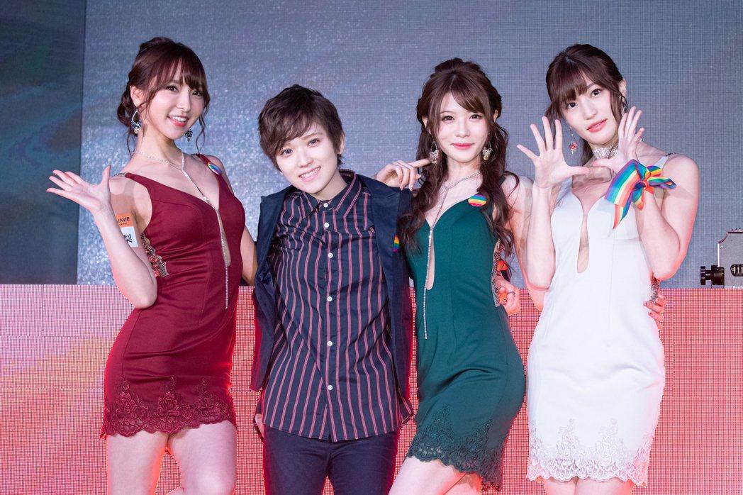 椎名空(左二)左擁右抱相澤南跟夏木安梨。記者李姿瑩/攝影
