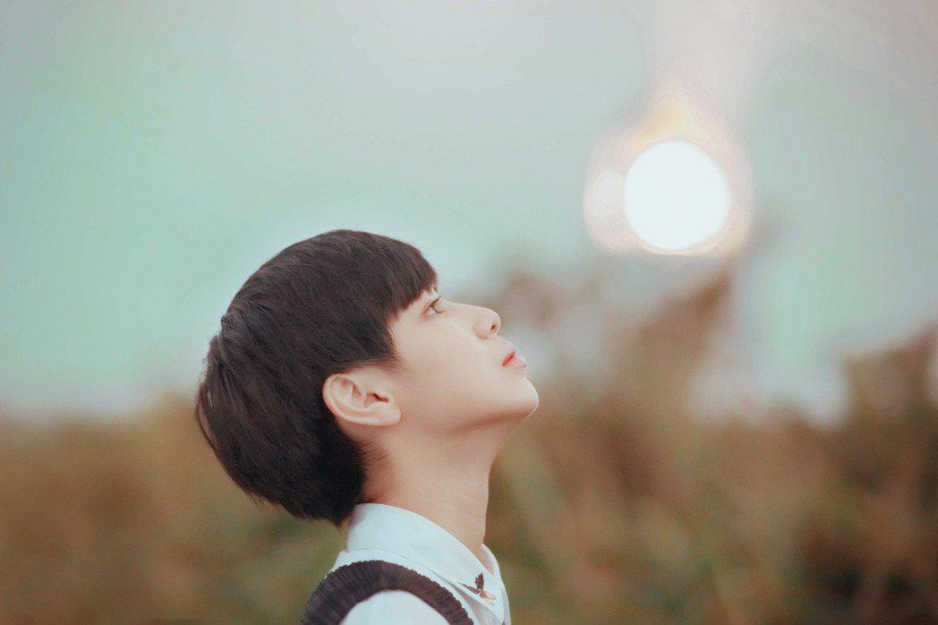 魏嘉瑩拍攝新歌「我還是不懂」MV,遇大霧與蟲襲。圖/小魏工作室提供