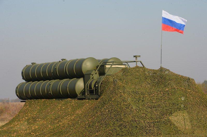 俄羅斯駐印度新德里副館長巴布斯金(Roman Babushkin)今天表示,所有出售給印度的S-400飛彈防禦系統,將於2025年前交付給印度。歐新社