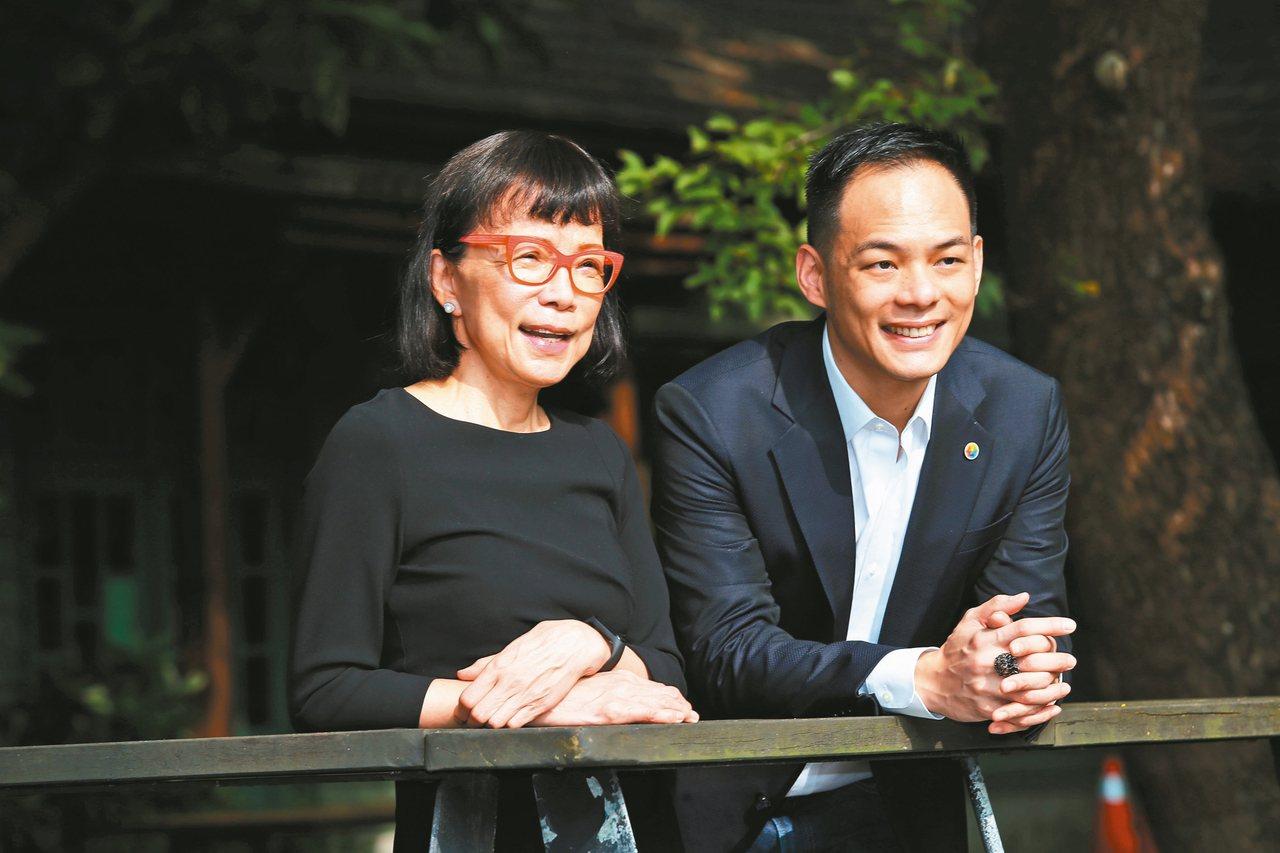 身著黑色合身洋裝的林靜芸(左)與自嘲西裝是打歌服的林之晨,母子間對話宛如世代差異...