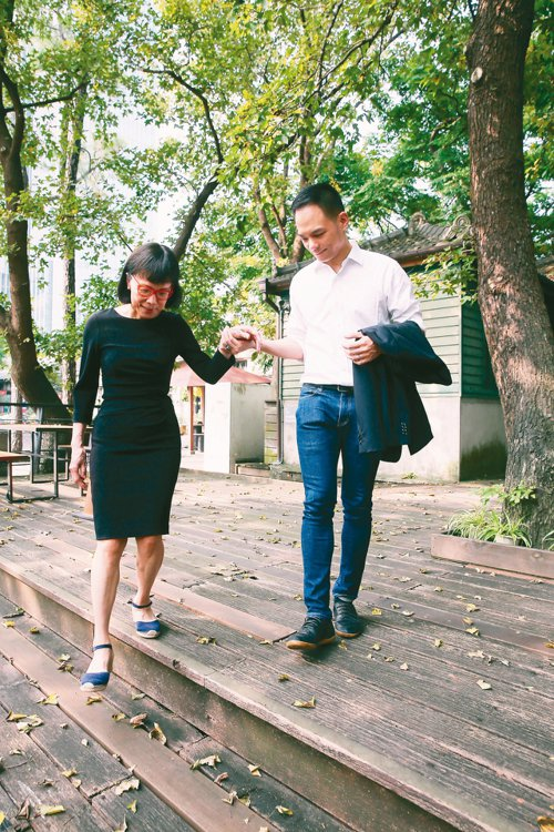 林靜芸今年70歲,林之晨(右)在小動作中不經意流露出對媽媽的貼心。 圖/徐兆玄攝...