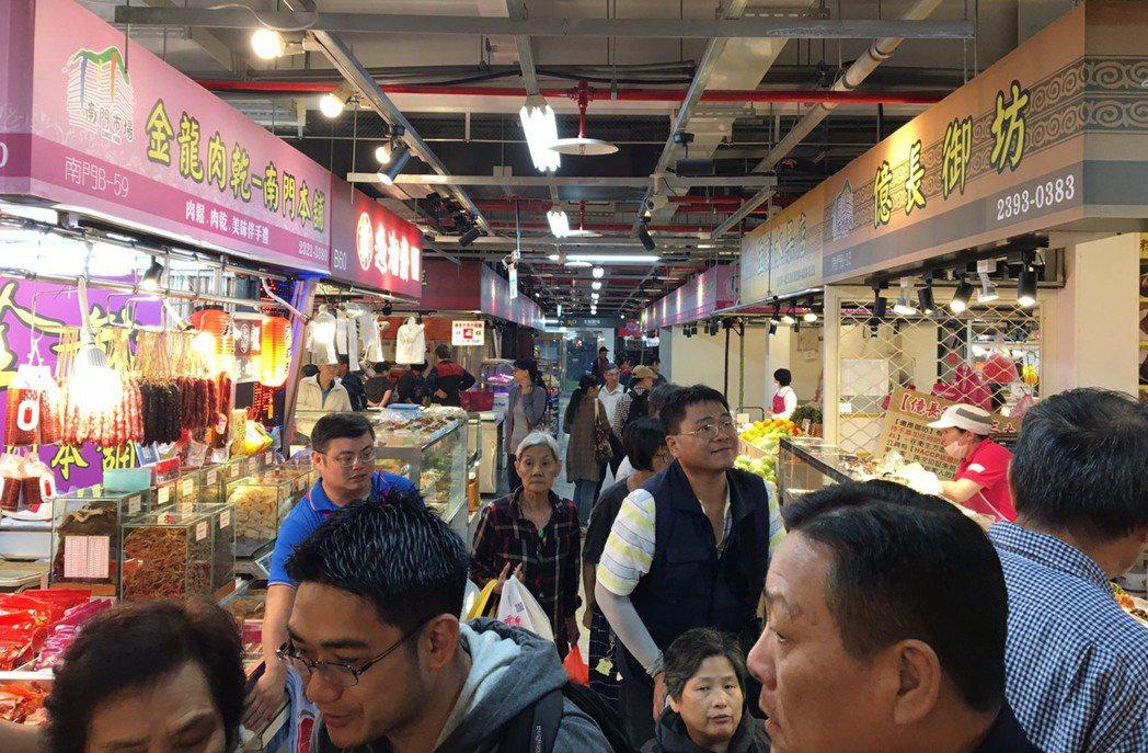 穿過「快車肉乾」、「大連食品」間向前,便是4家名店「福泰和」、「金龍肉乾」、「億...