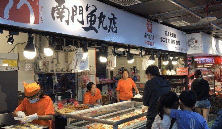 市場北側和東側則有肉粽「南園食品」、「徐家點心」、「南門魚丸」等名店。 記者郭頤...