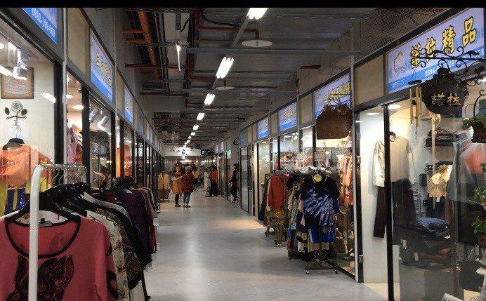 市場最西側是原舊市場的百貨部門,服飾、珠寶和精品等商品都在此區。 記者郭頤/攝影