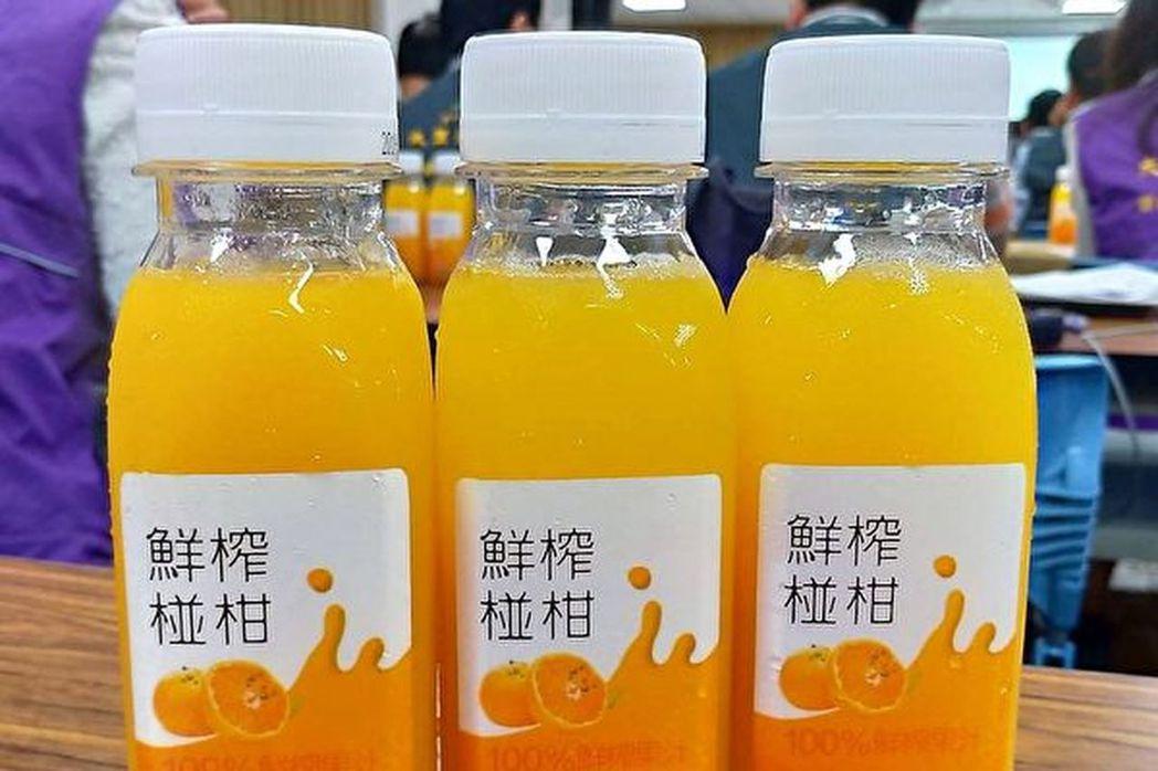 台中限量版的「砲管椪柑汁」,以美國砲管施以6000大氣壓的壓力,讓醜水果華麗變身...
