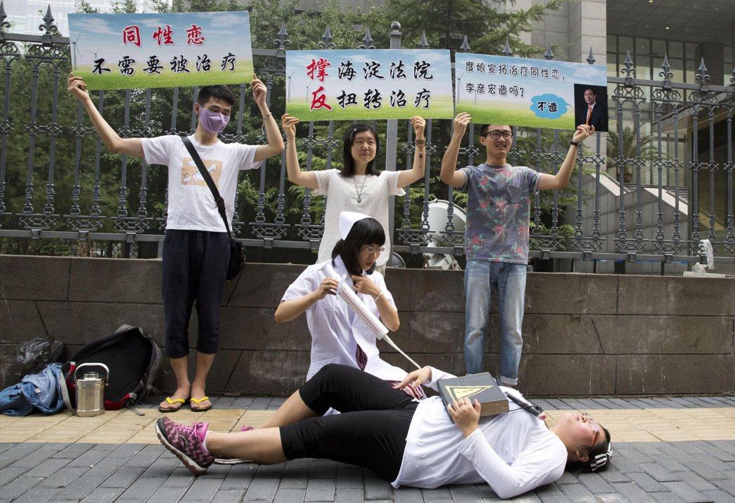 世衛組織1990年就已將同性戀從疾病分類表中移除,但中國大陸仍不時傳出同志遭家人...