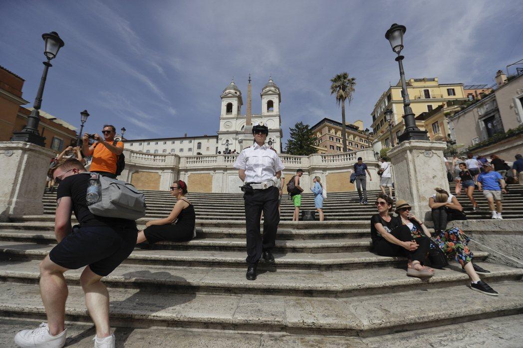 義大利羅馬政府今年8月禁止遊客坐在西班牙階梯上,違者將處約台幣1萬3000元的罰...
