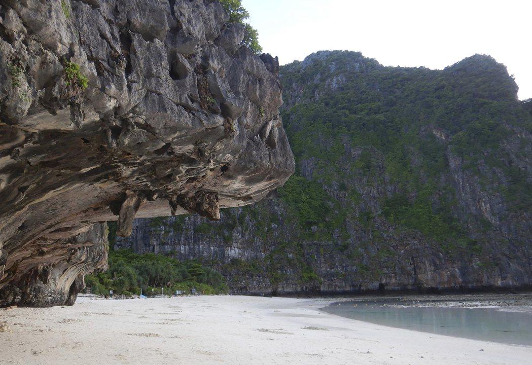 泰國馬雅灣因李奧納多‧狄卡皮歐主演電影「海灘」聞名,大批遊客湧入朝聖。當局為保護...