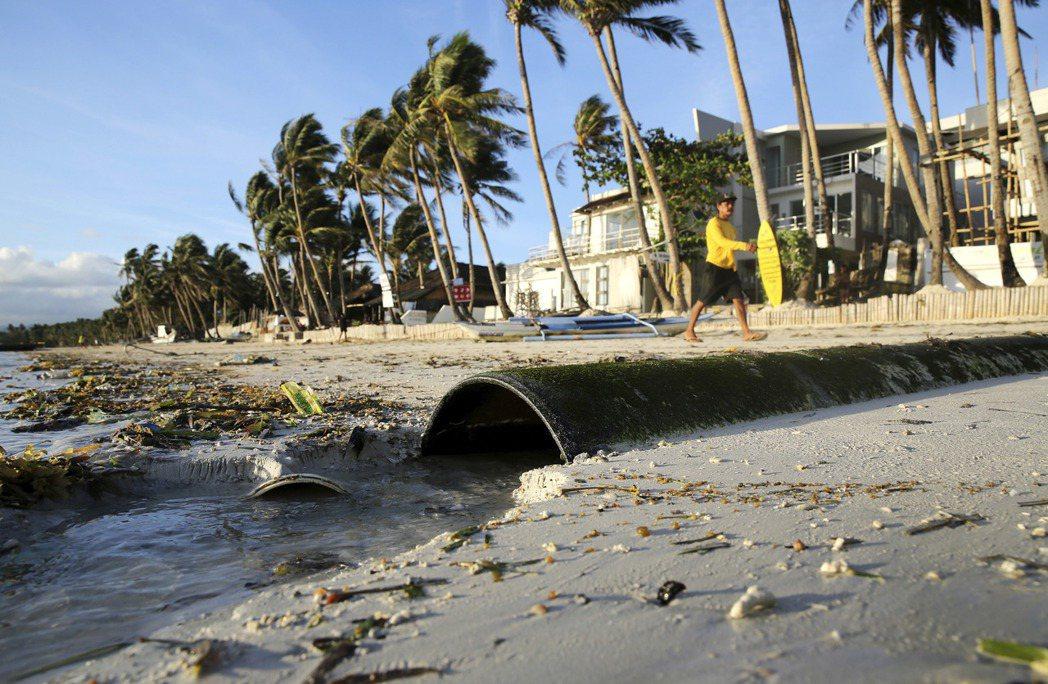 菲律賓總統杜特蒂去年2月怒轟長灘島是化糞池,並於去年4月至10月關閉該島,進行為...