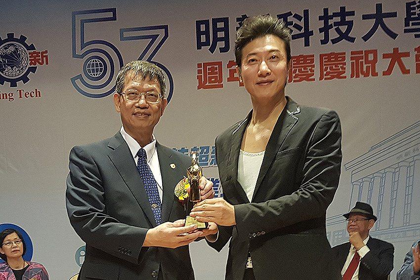 明新科大53週年校慶傑出校友陳鴻(右),將馬來西亞獲得的世界頂級廚師獎及最佳節目...