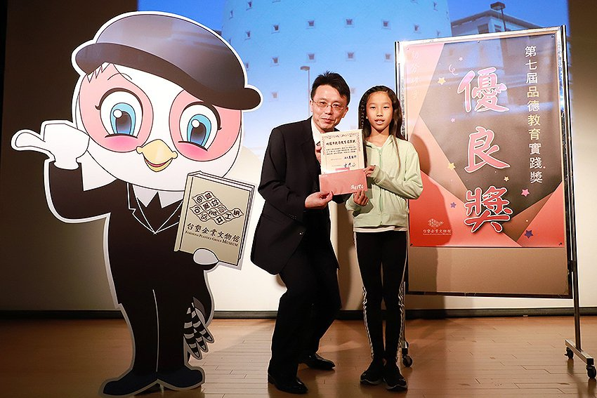 台塑企業文物館館長王光正(左)頒優良獎表揚獲獎學生優良獎。 長庚大學/提供