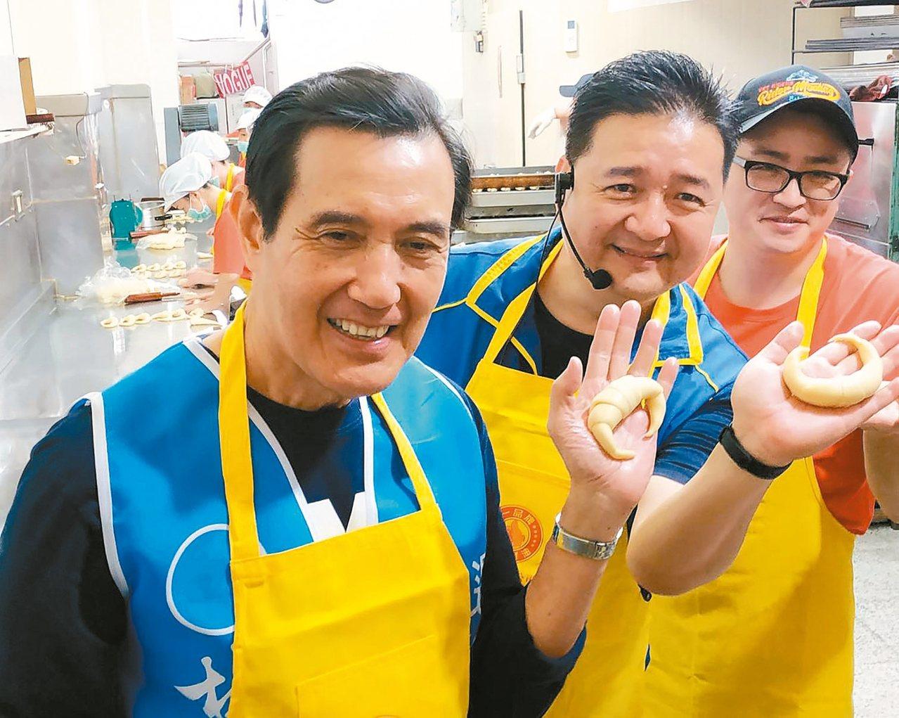前總統馬英九(左)上午到三峽陪國民黨籍立委參選人林金結(中)掃街拜票,並一起製做...