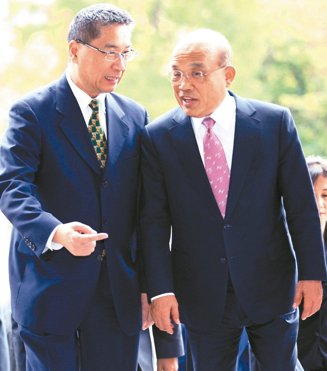 行政院長蘇貞昌(右)上午出席台灣警專校慶活動,不時與內政部長徐國勇(左)低聲交談...