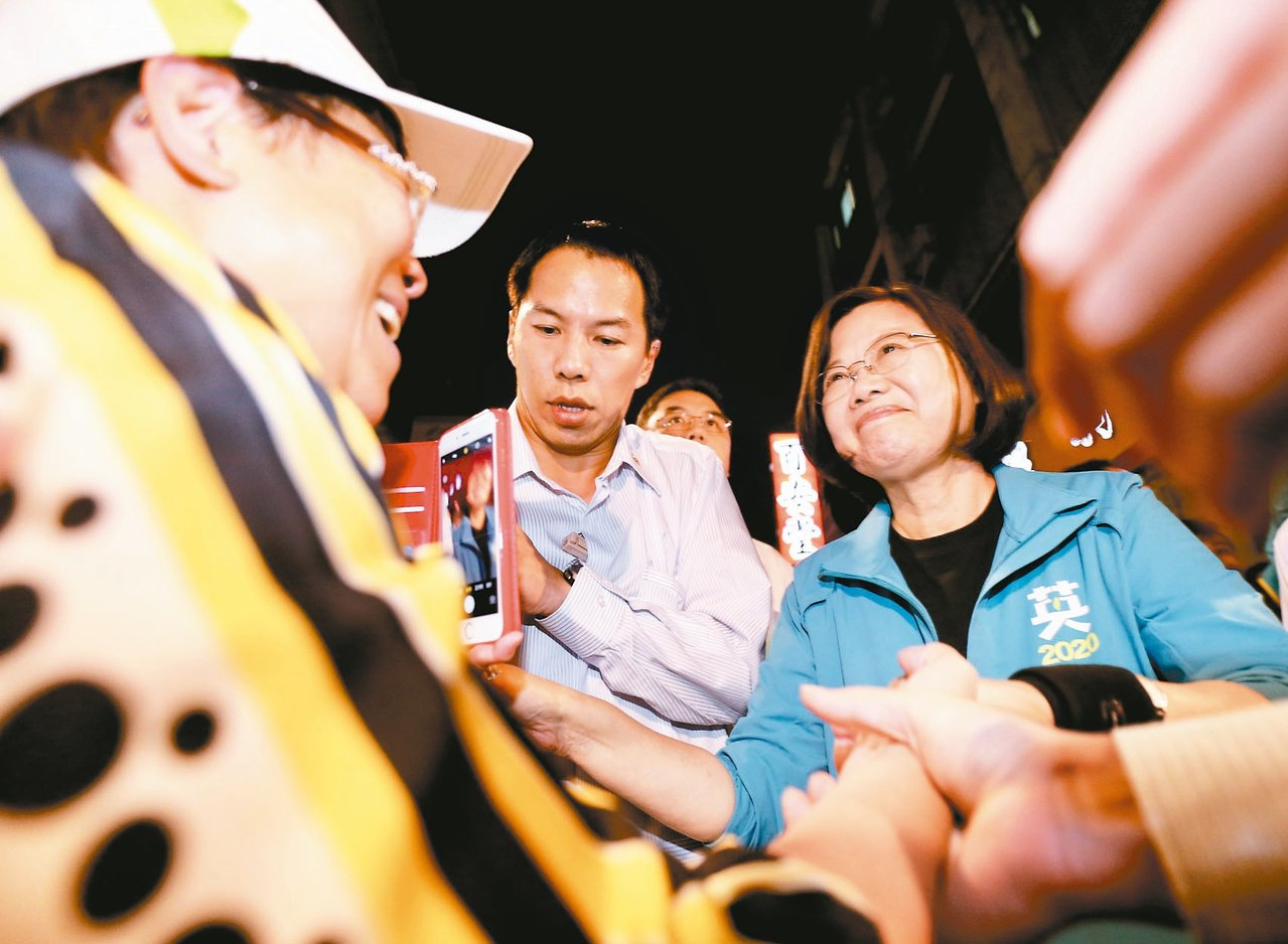 蔡英文總統(右)昨天晚間到霞海城隍廟參拜,沿著迪化街與民眾握手致意。 記者許正宏...