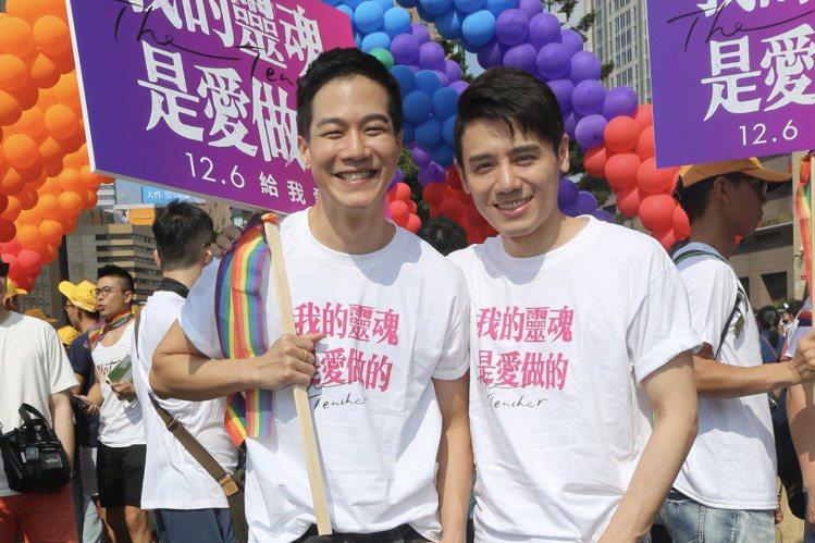 第17屆台灣同志遊行今天中午在台北登場。去年曾在遊行現場取景的國片「我的靈魂是愛做的」,劇組今天重返遊行現場。導演陳敏郎說,希望透過電影呈現台灣同志平權運動歷程。「我的靈魂是愛做的」透過新演員邱志宇...
