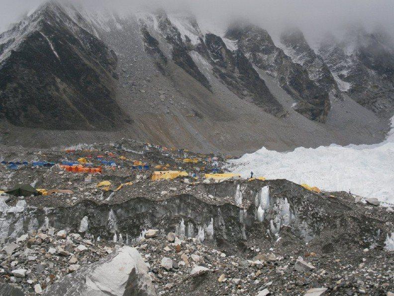 聖母峰為登山者的聖地,但因登山客眾多,反而成為世界最高的垃圾場。取自twitte...