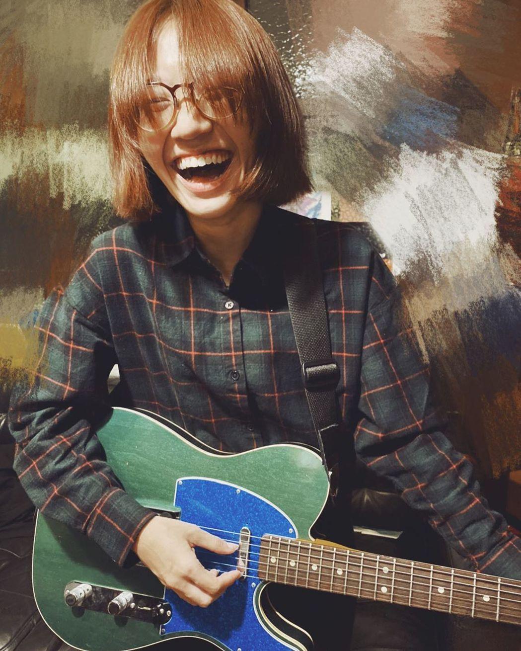 Lulu目前在學彈吉他。 圖/擷自Lulu IG