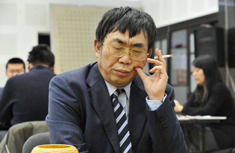 聶衛平煙癮很大。新華社 ※ 提醒您:抽菸,有礙健康