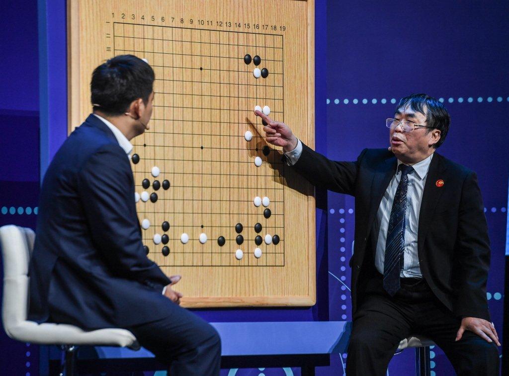 聶衛平(右)和常昊在講解棋局。新華社照片