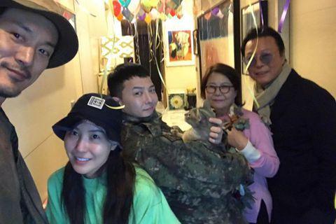 韓天團BIGBANG的隊長「GD」G-Drago退伍了,一早除了有超過3000名粉絲前去迎接,回到家更有家人為他舉行的溫馨歡迎回歸派對。GD的姊姊在IG上分享家裡布置了一些氣球,還有牆上也貼著一個布...