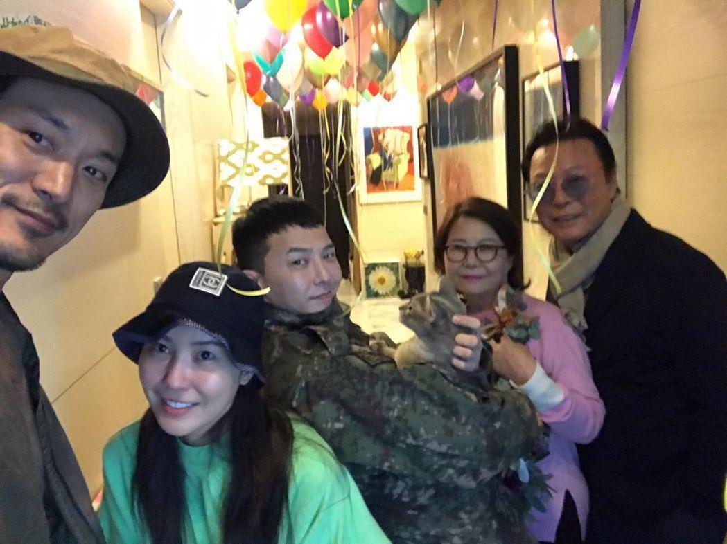 GD退伍後回到家,家人為他辦了一個溫馨派對。 圖/擷自權達美IG