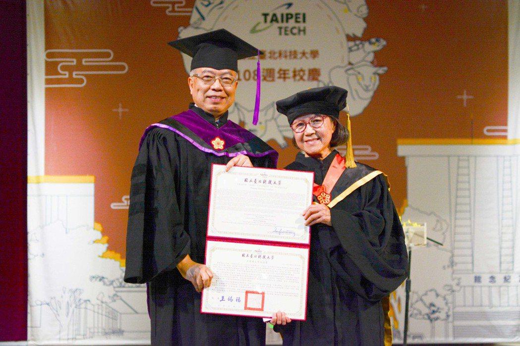 美國國家工程學院院士蕭美琛(右)成為北科大建校以來第一位女性名譽博士。 北科大/...