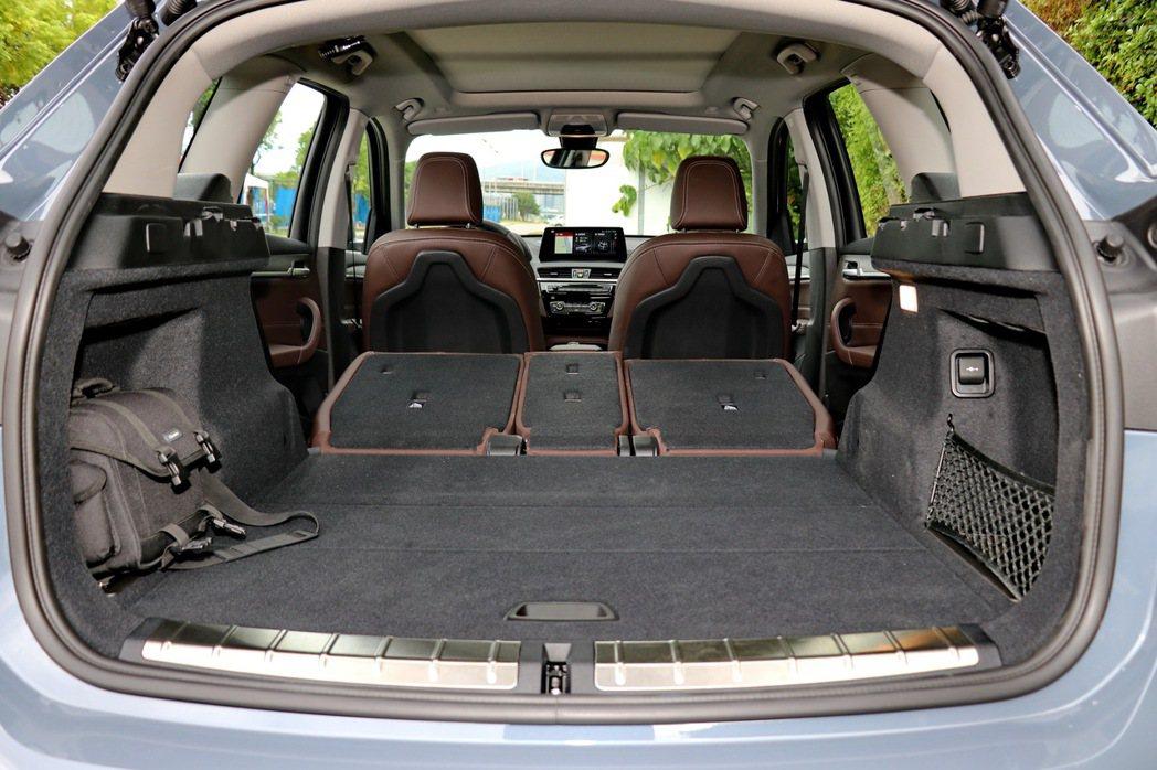 搭配可40/20/40分離傾倒的後座椅背,最多可提供1550公升的充裕容積。 記...