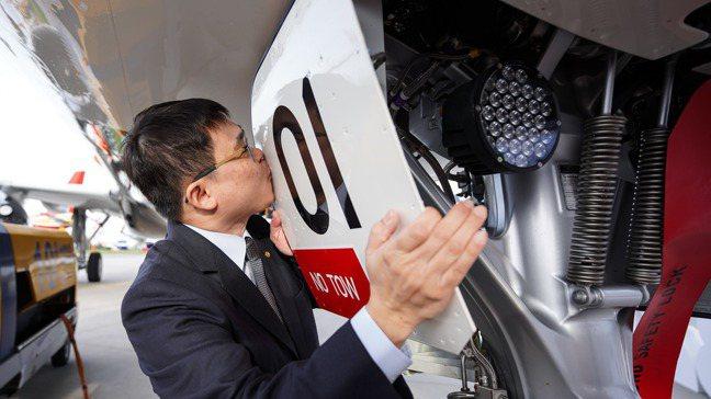 星宇航空首架空中巴士A321neo日前在德國漢堡完成交機,圖為帶領驗收接機的董事...