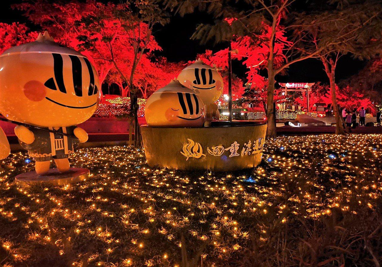屏東車城鄉四重溪溫泉公園今年以楓紅為主題,紅色楓葉燈海暈染整座公園,試燈時讓人驚...