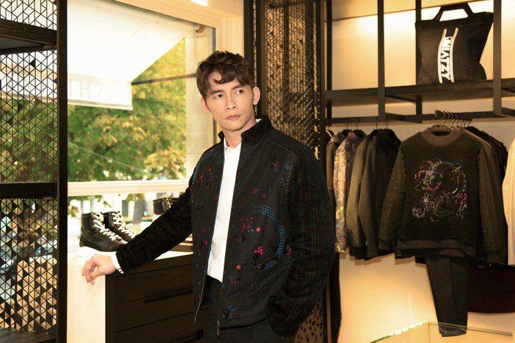 溫昇豪身穿黑色刺繡外套逛夏姿的巴黎蒙田店。圖/夏姿提供