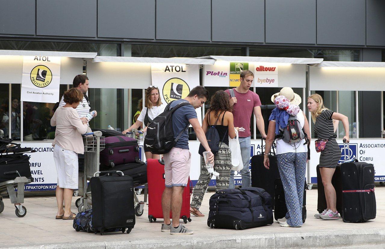 英國旅行醫師麥克法蘭分享秘訣,教民眾在國外自保或避免生病。美聯社