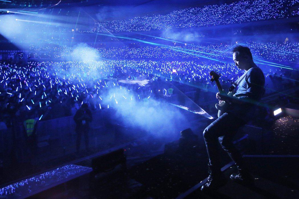 石頭精湛的吉他solo,讓萬名粉絲驚艷尖叫。圖/相信音樂提供