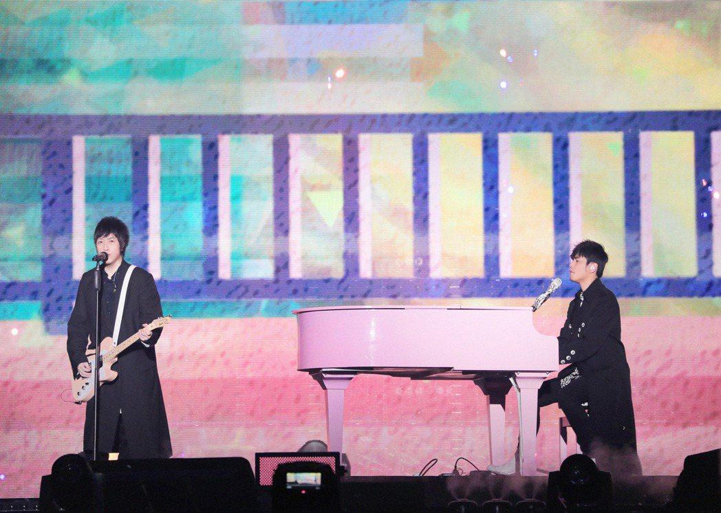 阿信與周杰倫合體首唱合作新歌「說好不哭」。圖/相信音樂提供