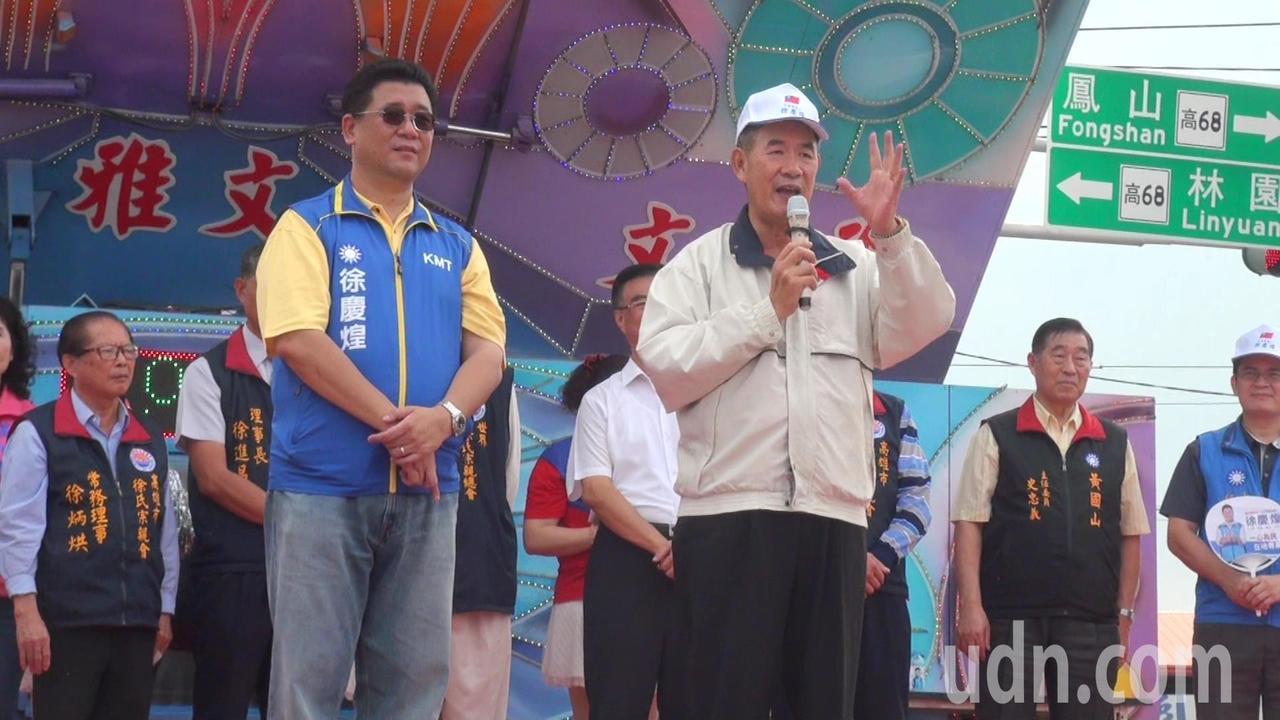 曾任大寮鄉長的徐志明(右)替兒子徐慶煌參加立委站台。記者王昭月/攝影