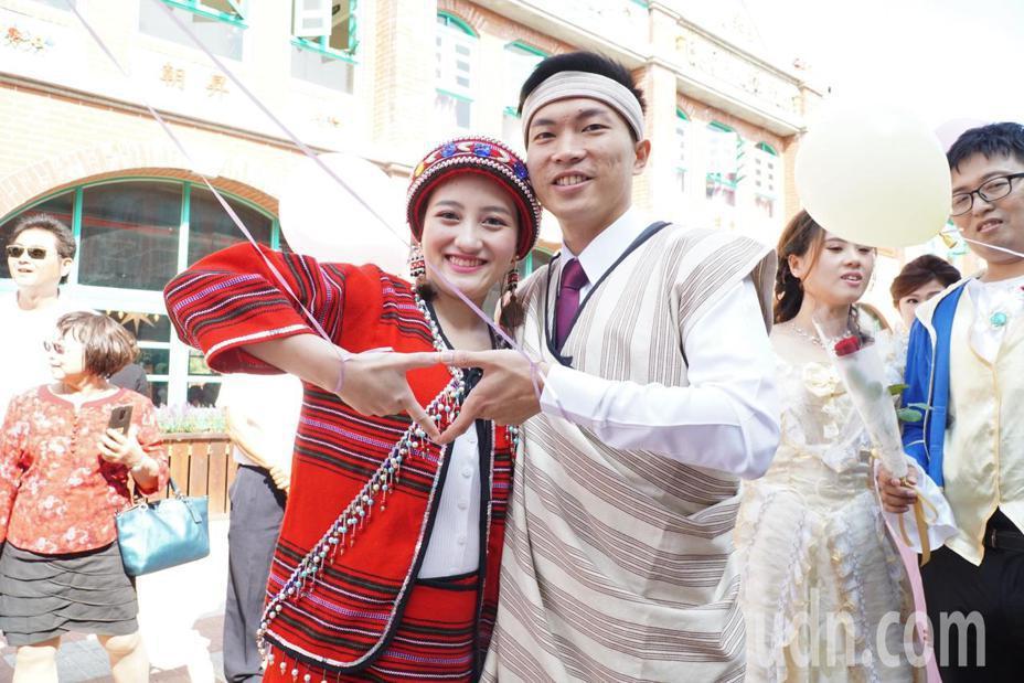 洪榮隆與黃于欣在集團結婚這天特地穿上女方媽媽準備的泰雅族傳統服裝。記者陳斯穎/攝影