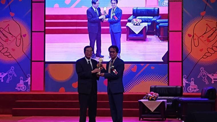 第29屆醫療奉獻獎今頒獎,台東基督教醫院婦產科主任醫師郭成興(右)是今年個人獎得...