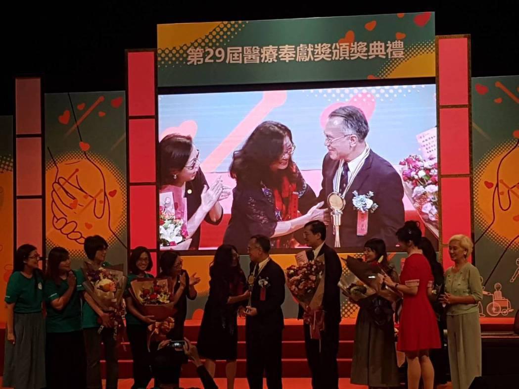 林炫沛現場力邀太太上台並擁抱表示感謝。記者楊雅棠/攝影