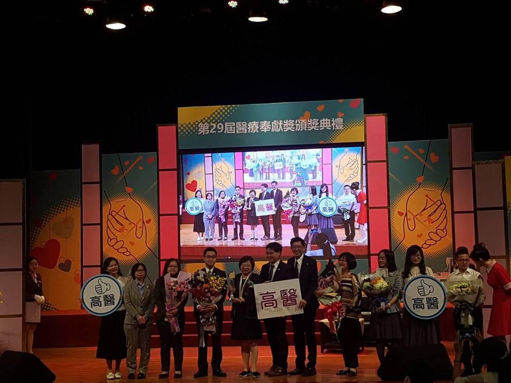 第29屆醫奉獎,投入兒虐驗傷的尹莘玲(左五)是個人獎得主。記者楊雅棠/攝影