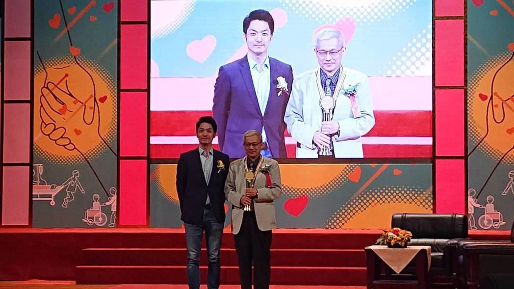 第29屆醫療奉獻獎今頒獎,馬偕醫院婦產科主治醫師陳持平(右)是今年個人獎得主。記...