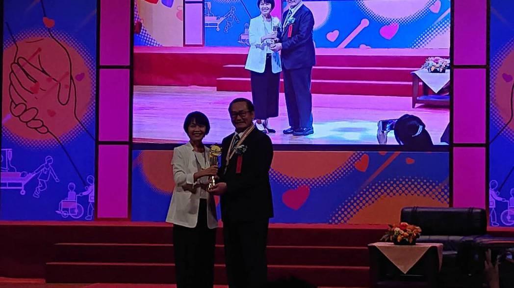 第29屆醫療奉獻獎今頒獎,高雄義大醫院院長杜元坤(右)從醫30多年,挑戰高難度醫...