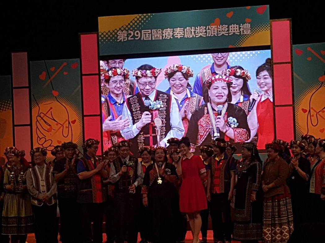 屏東基督教醫院原鄉工作團隊身穿原民服飾上台。記者楊雅棠/攝影
