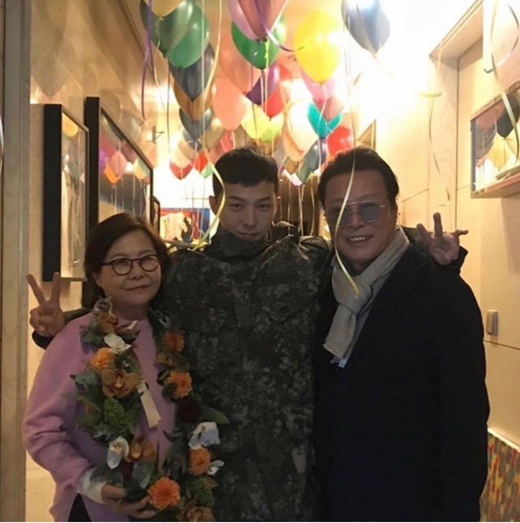 GD爸媽熱情迎接兒子。圖/摘自IG