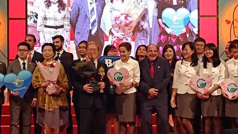 陳宏基去年獲外交之友貢獻獎,今天在頒獎典禮,許多外國代表也現身頒獎典禮祝賀陳宏基。記者陳婕翎/攝影