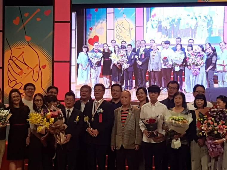 兒子(前排右四)平時也會和簡志成(前排右六)一起到各地義診。記者楊雅棠/攝影