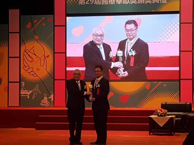 在偏鄉、特教機構、海內外持續推動口腔衛生義診的簡志成(右)獲第29屆醫療奉獻獎。...