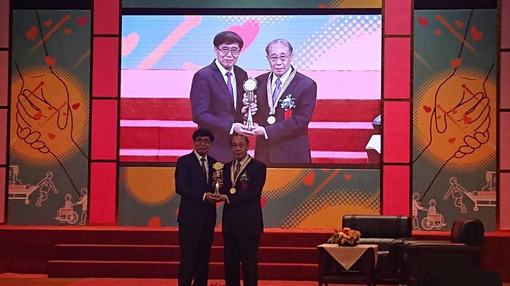 第29屆醫療奉獻獎今頒獎,今年的特殊醫療貢獻獎得主是高雄醫學大學講座教授、74歲...