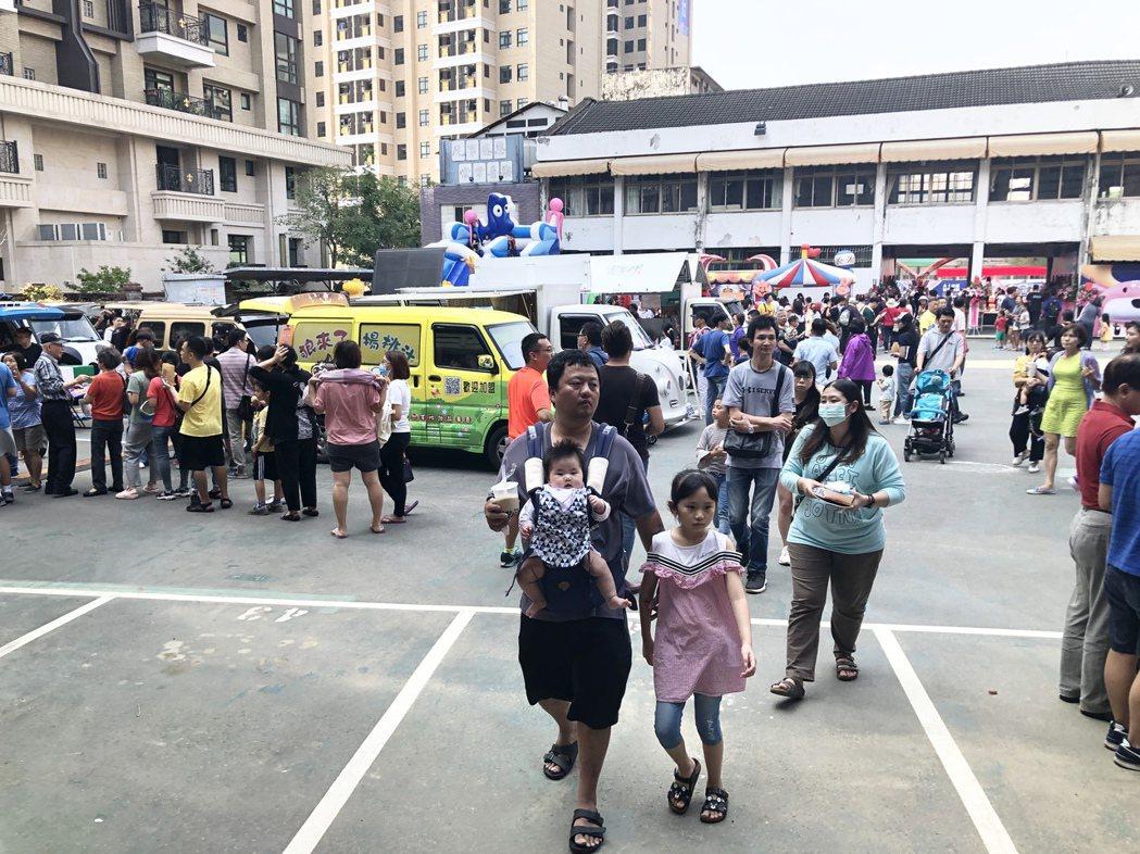 現場同時舉行「青春園遊會」,吸引上千名光華高工校友及在地民眾一同參與。記者宋健生...